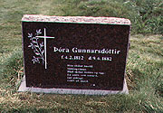 Color photo of Þóra Gunnarsdóttir's grave, small version.