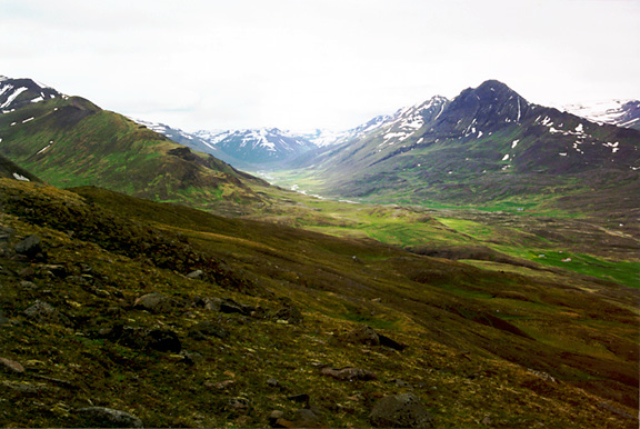Color photo of Öxnadalur, larger version.